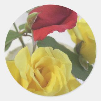 Pegatina Redonda Rosas amarillos y rojos