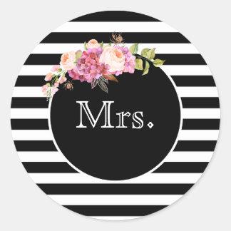 Pegatina Redonda Señora con las rayas y las flores negras y blancas