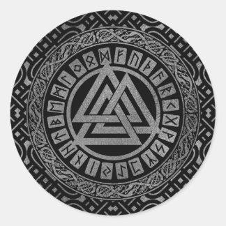 Pegatina Redonda Símbolo metálico de plata de Valknut en modelo