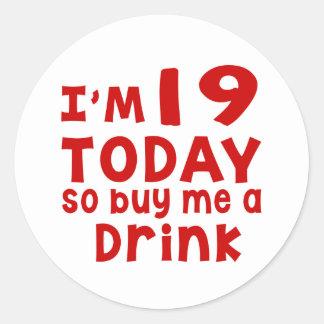 Pegatina Redonda Soy 19 hoy así que cómpreme una bebida