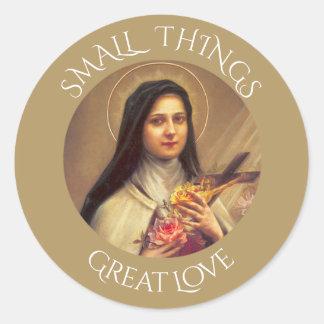 Pegatina Redonda St. Teresa el pequeño crucifijo de los rosas de la