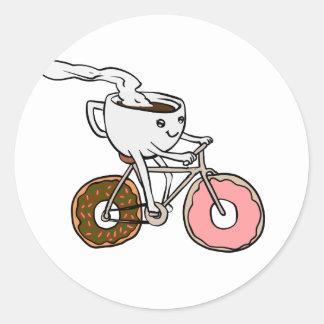 Pegatina Redonda Taza que monta una bicicleta con las ruedas del