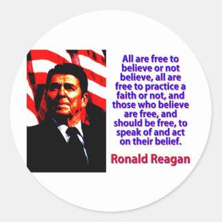 Pegatina Redonda Todos están libres de creer - a Ronald Reagan