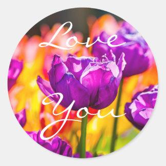 Pegatina Redonda Tulipanes que encantan púrpura
