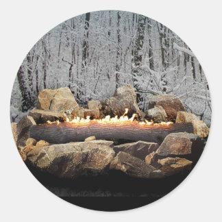 Pegatina Redonda Una clave ardiente tranquila de Yule un bosque