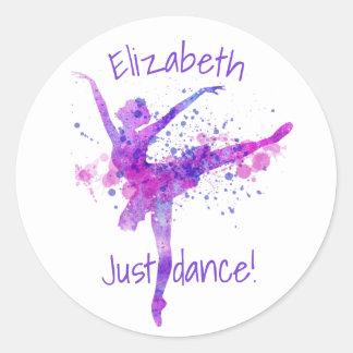 Pegatina Redonda Una danza rosada y púrpura linda de la bailarina