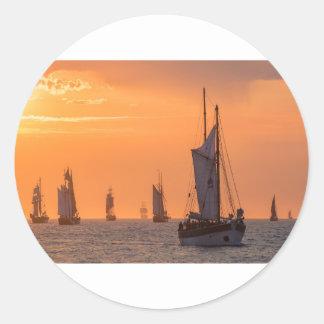 Pegatina Redonda Windjammer en luz de la puesta del sol