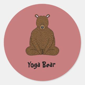 """Pegatina redondo del oso de la yoga"" Pegatina Redonda"