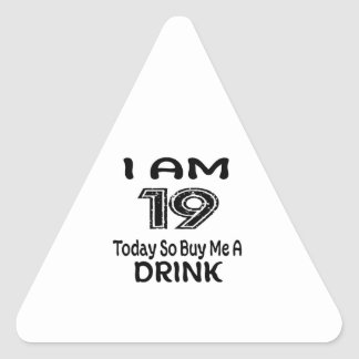 Pegatina Triangular 19 hoy tan cómpreme una bebida