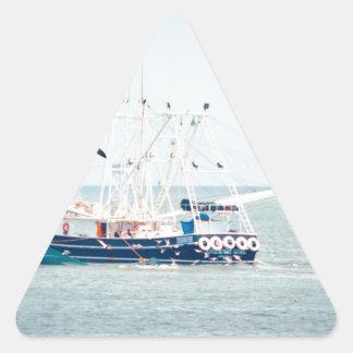 Pegatina Triangular Barco azul del camarón en el océano