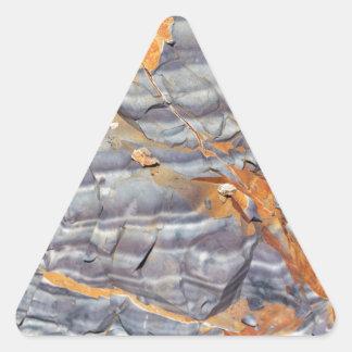 Pegatina Triangular Capas naturales de ágata en una piedra arenisca