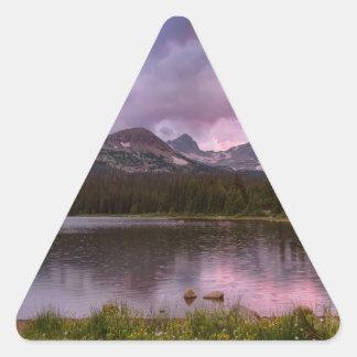 Pegatina Triangular Cielo lluvioso tempestuoso de la puesta del sol de