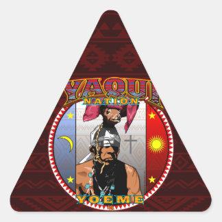 Pegatina Triangular Diseño del bailarín de los ciervos de Yaqui Yoeme