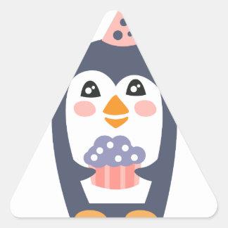 Pegatina Triangular El pingüino con el fiesta atribuye enrrollado