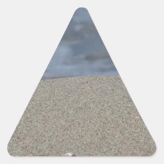 Pegatina Triangular El primer de la playa de la arena con el mar