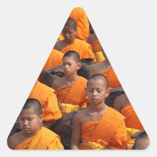 Pegatina Triangular Grupo grande de monjes Meditating