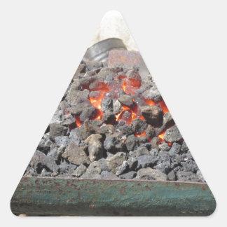 Pegatina Triangular Horno pasado de moda del herrero. Carbones