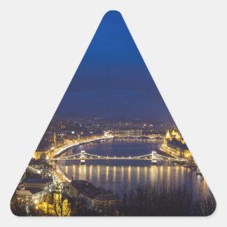 Pegatina Triangular Hungría Budapest en el panorama de la noche