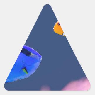 Pegatina Triangular Natación de los pescados del surgeonfish y del