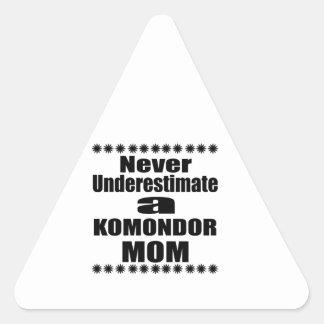 Pegatina Triangular Nunca subestime a la mamá de KOMONDOR