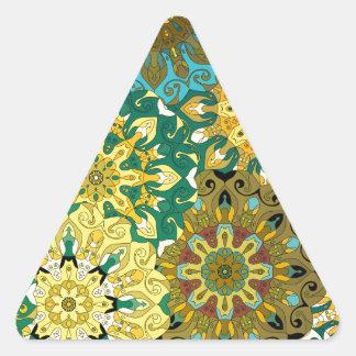 Pegatina Triangular Oriente la mandala azul y amarillee el adorno