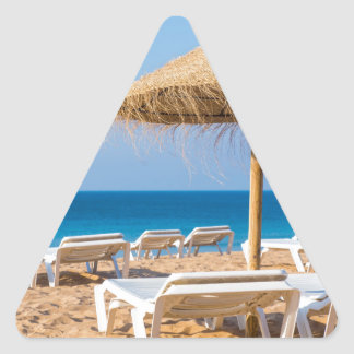 Pegatina Triangular Parasol de mimbre con la playa beds.JPG