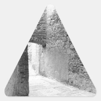 Pegatina Triangular Pasillos oscuros de una vieja estructura del