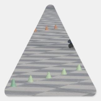 Pegatina Triangular Piernas del individuo en patines en línea.