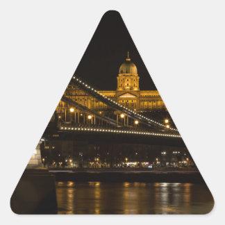 Pegatina Triangular Puente de cadena con el castillo Hungría Budapest