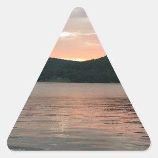 Pegatina Triangular Puesta del sol en el agua