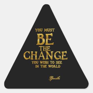 Pegatina Triangular Sea el cambio - cita inspirada de la acción de