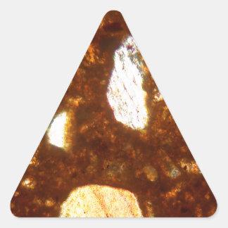 Pegatina Triangular Sección fina de un ladrillo debajo del microscopio
