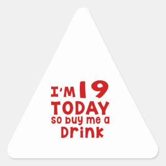 Pegatina Triangular Soy 19 hoy así que cómpreme una bebida