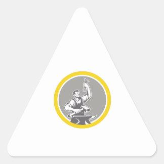 Pegatina Triangular Trabajador del herrero que lleva a cabo el círculo