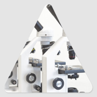 Pegatina Triangular Tres microscopios en una fila aislada en fondo