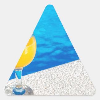 Pegatina Triangular Vidrio con el zumo de naranja en el borde de la