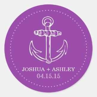 Pegatinas púrpuras náuticos de la fecha del boda pegatina redonda