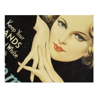 Pelo rubio de la mujer de la crema de la mano del postal