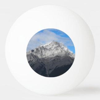 Pelota De Ping Pong Pico de montaña gris, cielo azul nublado