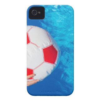 Pelota de playa de la tenencia de brazos sobre el funda para iPhone 4 de Case-Mate