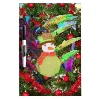 Pelota de tenis como ornamento en árbol de navidad pizarra blanca