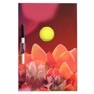 Pelota de tenis en flor salvaje pizarra blanca