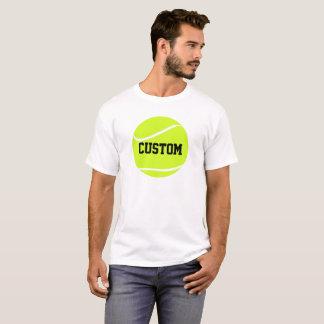 Pelota de tenis y la camiseta blanca básica de los