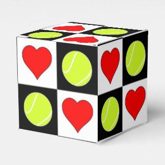 Pelotas de tenis y caja del regalo del jugador de