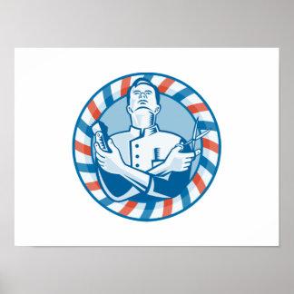Peluquero con el cortador y las tijeras del pelo d póster