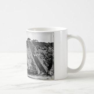 Pendiente de Playa del Rey/funicular - 1901 Taza Básica Blanca