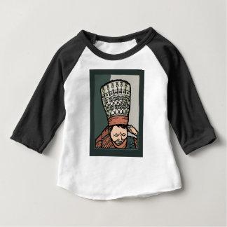 Pensamiento asiático central de la mujer (en camiseta de bebé