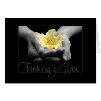 Pensamiento en usted flor amarilla elegante en man tarjeta de felicitación