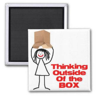 Pensamiento fuera del dibujo animado de la caja iman de frigorífico