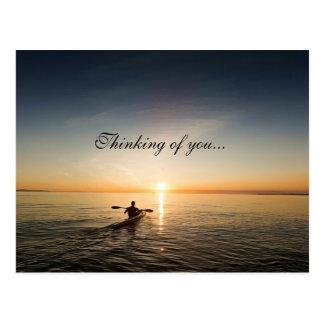 Pensando en usted, puesta del sol sobre la postal